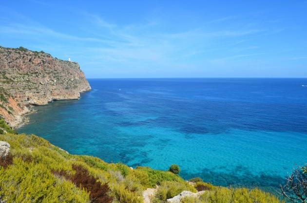 La isla desde los acantilados de La Mola.